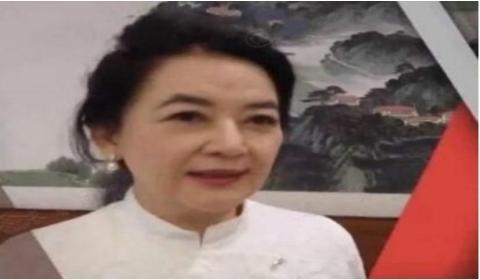 """""""霸王花""""胡慧中近照曝光:59岁身穿白色连衣裙依旧星味十足"""
